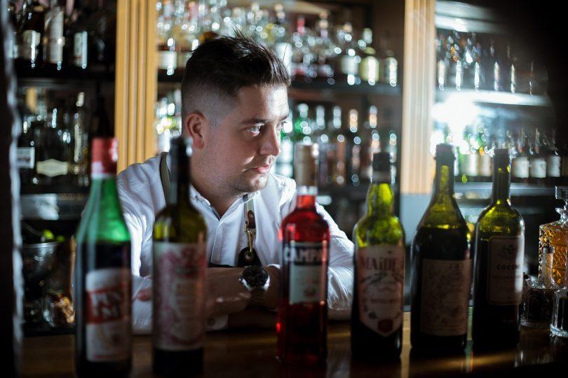 barman derrière un bar