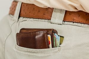 porte-monnais avec des cartes de crédit dans la poche d'un pantalon