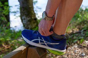 main faisant des lacets de chaussure