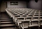 sieges d'une salle de cinéma