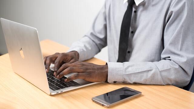 homme travaillant sur un laptop