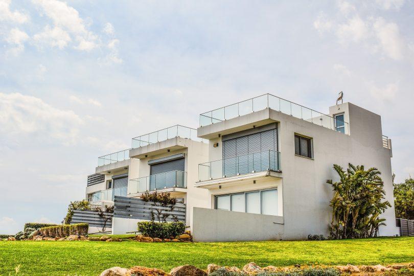 maison blanche à deux étages