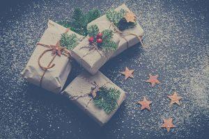paquets cadeaux avec ficelle, houe et étoiles