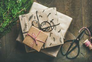 paquets cadeaux avec ficelle