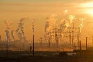 usine avec émission de gaz