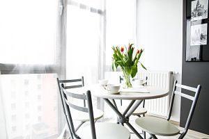 table et chaises dans un appartement en location