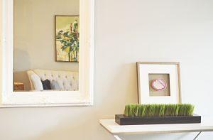 table et miroir dans un appartement en location