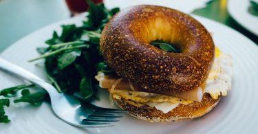 bagel toasté dans une assiette