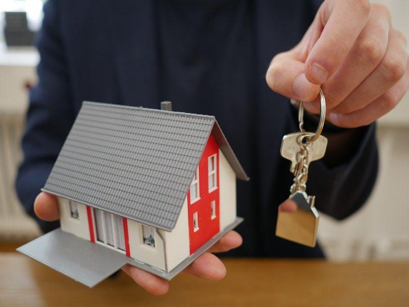 main tenant des clés de maison sur une porte