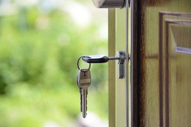 clés de maison sur une porte