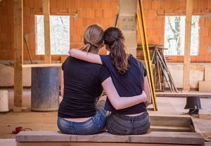 deux femmes devant des travaux d'aménagement