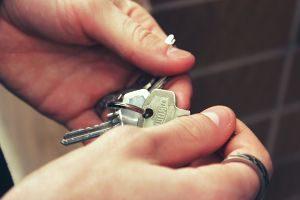 mains tenant des clés de maison