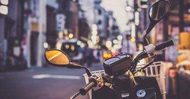 moto dans les rues de barcelone