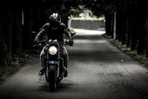 personne en moto sur la route