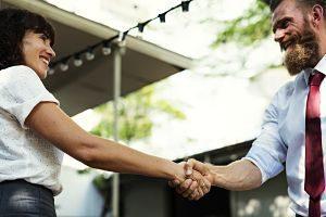 homme et femme se serrant la main