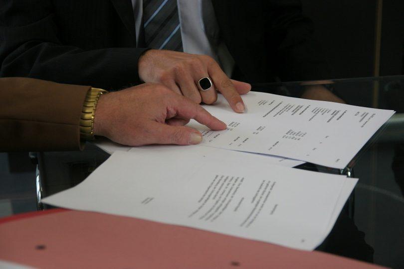 deux mains sur une feuille