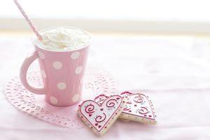 tasse rose et des biscuits en forme de coeur