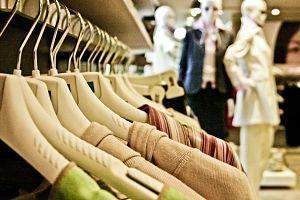 vêtements sur des porte-manteaux