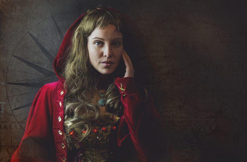 femme en manteau rouge