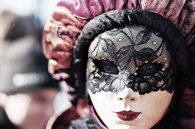 femme portant un masque de carnaval
