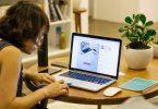femme travaillant sur un laptop