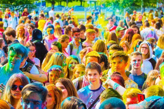 jeunes couverts de poudre de couleur