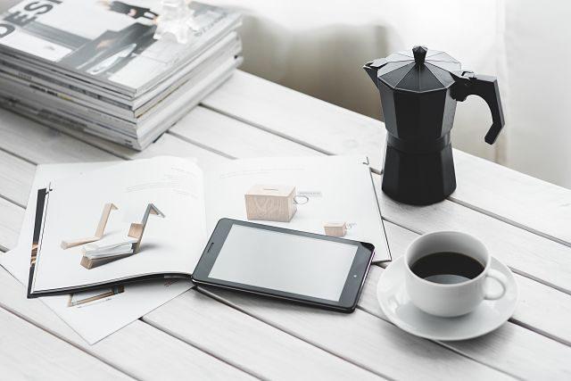 café et tablette sur une table