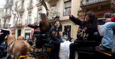 femmes dans un char saluant la foule