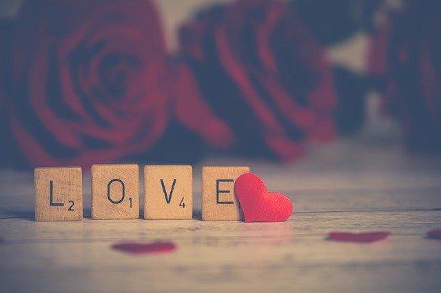 lettres en bois love avec coeur rouge