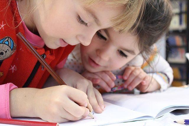 enfants avec un crayon à la main