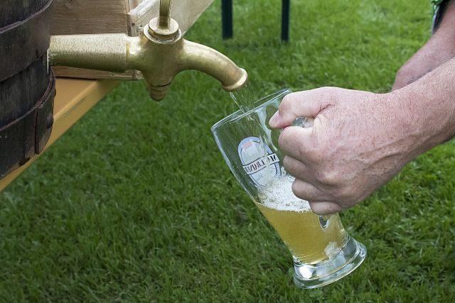 main tenant une chope de bière