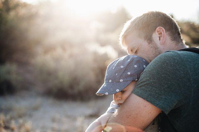homme avec son enfant