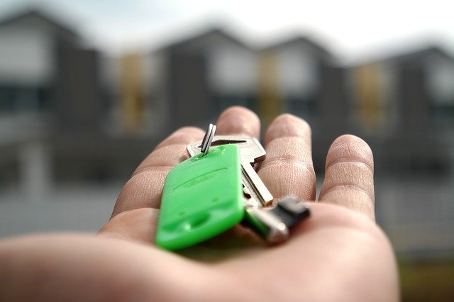 clés de maison dans une main