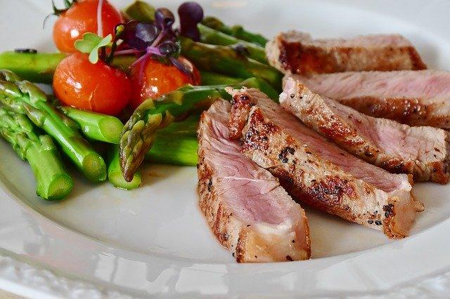assiette de viande et légumes