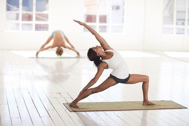 femmes en position de yoga