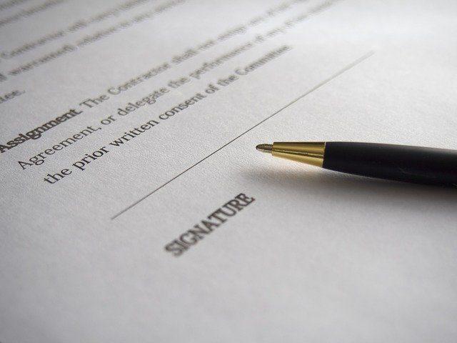 papier avec espace pour la signature et le stylo