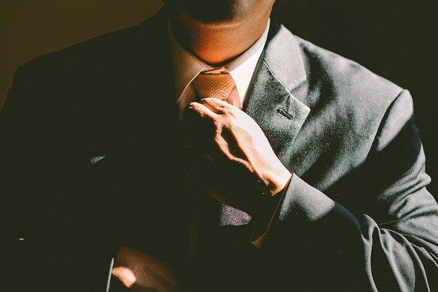 homme en costume et cravatte