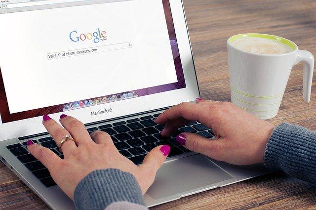 mains de femme sur un ordinateur