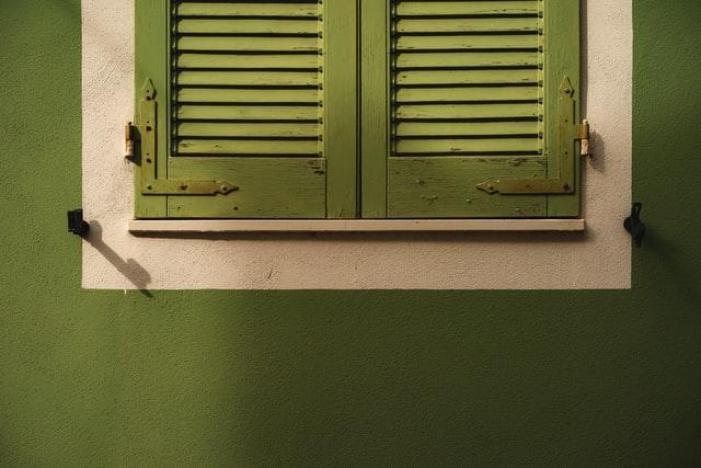 volet vert de fenêtre
