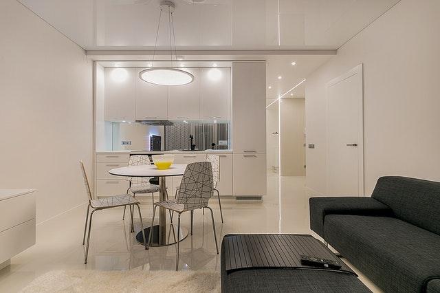 salon d'appartement avec cuisine ouverte