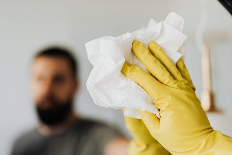 homme nettoyant une vitre