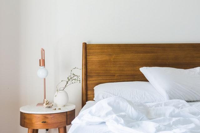 chambre avec lit et table de chevet