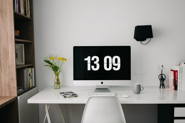 bureau avec table et chaise