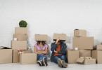 un couple avec des cartons de déménagement