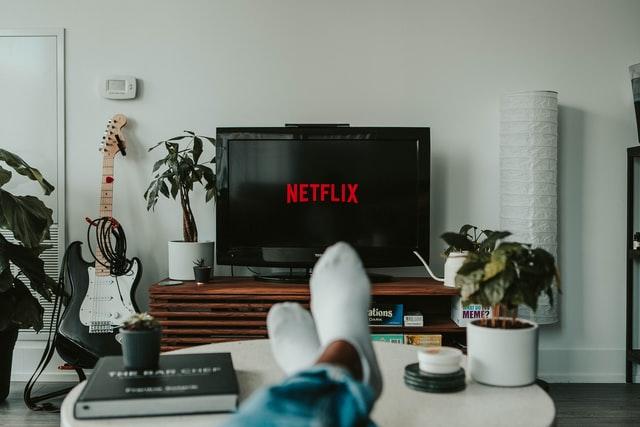 pieds posés une table devant la télé