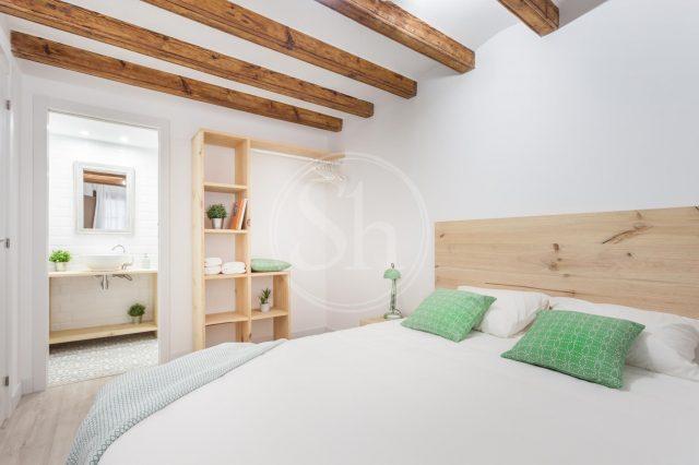 lit dans chambre blanche