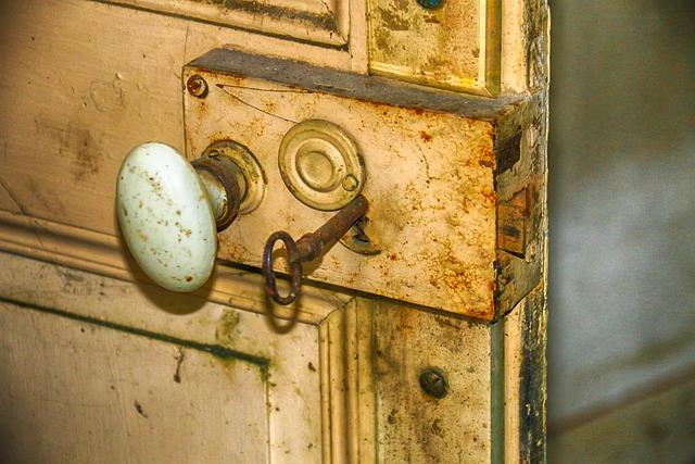 porte de maison abandonnée
