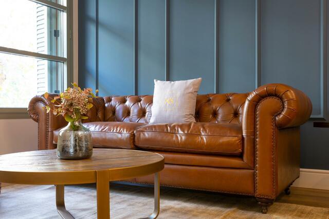 salon canapé et mur bleu