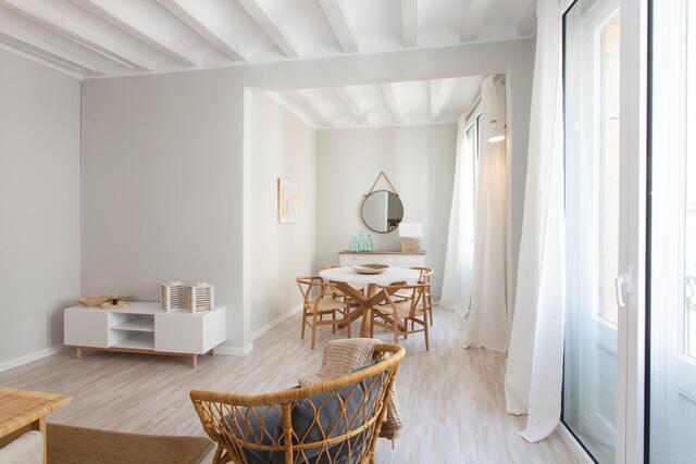 salon avec murs blancs et sièges en bois