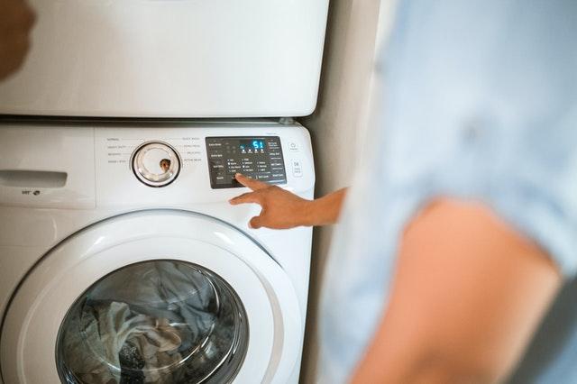 main sur une machine à laver